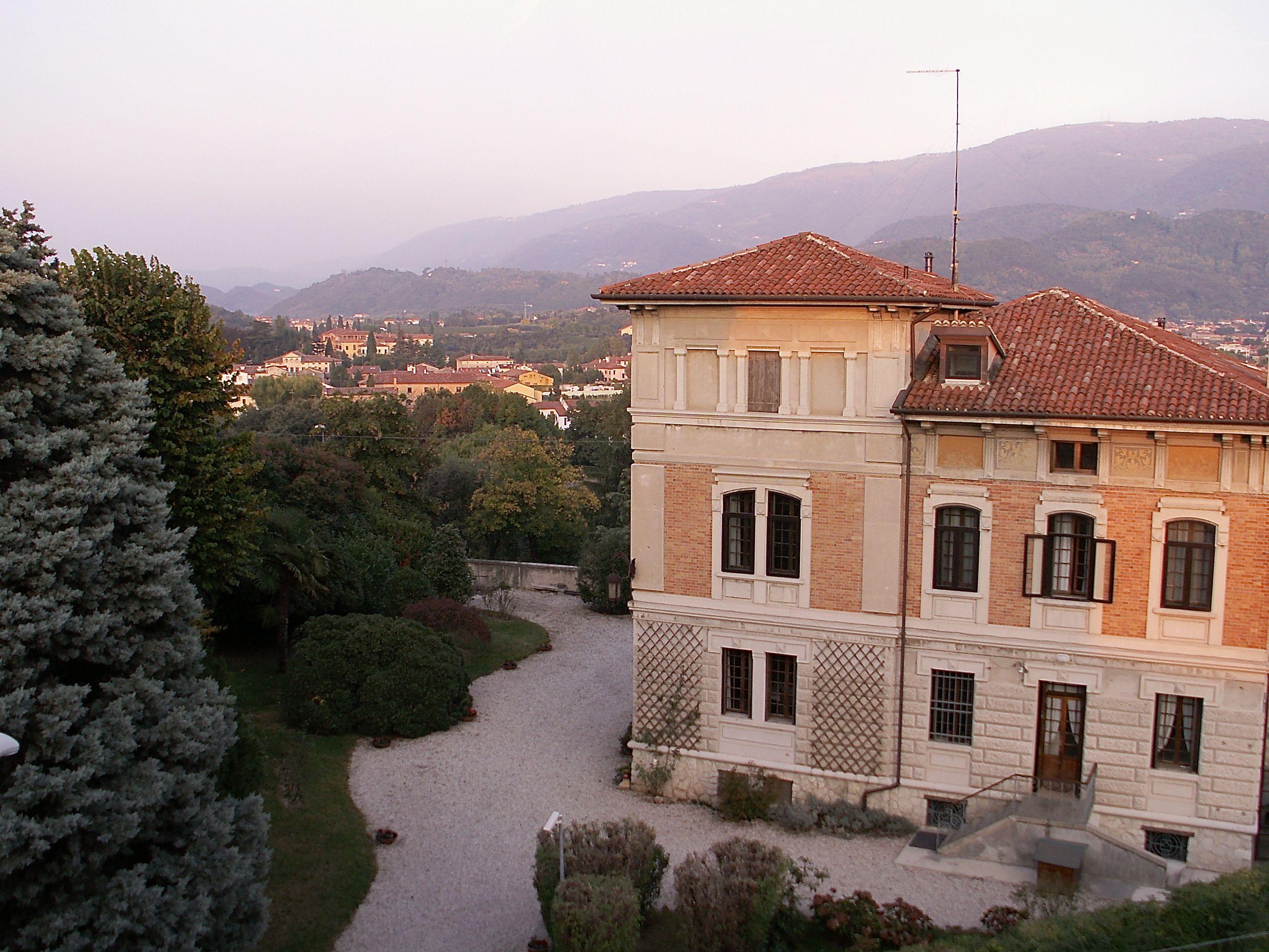 Utsikt från hotellet över Bassano del Grappa